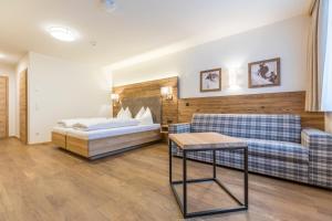 A bed or beds in a room at OFENTÜRL alpine living