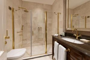 A bathroom at 1890 Suites Hotel