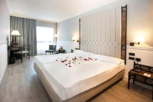 A bed or beds in a room at Hotel Gran Via