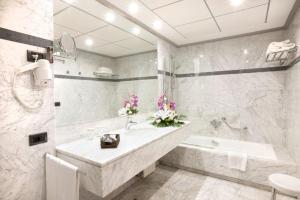 Uma casa de banho em Hotel Gran Via