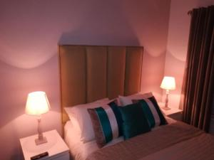 A bed or beds in a room at Russell Mews