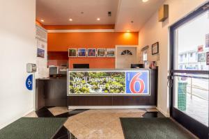 Лобби или стойка регистрации в Motel 6 San Rafael