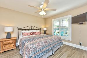 A bed or beds in a room at Avola Vacation Rental