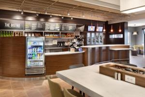 The lounge or bar area at Courtyard by Marriott Boston Dedham/Westwood