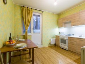 Кухня или мини-кухня в Apartment on Ulitsa Belovezhskaya