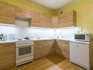 A kitchen or kitchenette at Apartment on Ulitsa Belovezhskaya