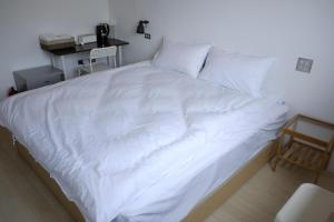 A bed or beds in a room at Kumokuru B&B