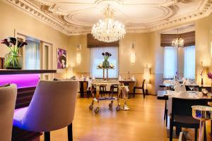 Un restaurante o sitio para comer en Alden Suite Hotel Splügenschloss Zurich