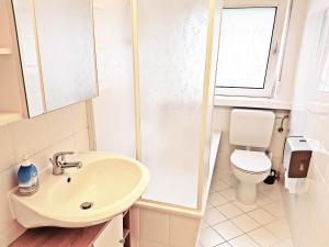 A bathroom at City Apartment East Side
