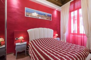 A bed or beds in a room at Sleep Florence Suite Servi