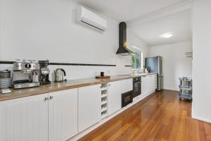 A kitchen or kitchenette at To The Beach