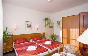 Ein Bett oder Betten in einem Zimmer der Unterkunft Onkel Tom`s Hütte