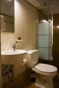 A bathroom at Bonne Nuit Pension
