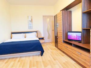 A bed or beds in a room at Inndays on Miheeva 19-202