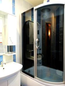 A bathroom at Inndays on Miheeva 19-202