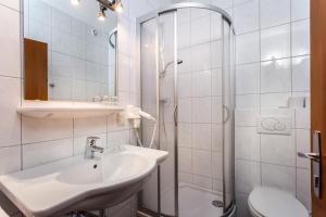 A bathroom at Pension Margarete