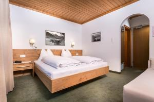 A bed or beds in a room at Pension Margarete