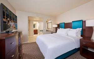 A bed or beds in a room at Hilton Grand Vacations on Paradise - Convention Center