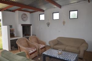 A seating area at Alli's Guest Cottage