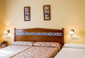 A bed or beds in a room at Cortijo De Tajar