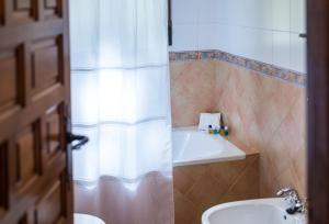 A bathroom at Cortijo De Tajar