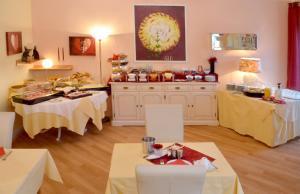 Ein Restaurant oder anderes Speiselokal in der Unterkunft Hotel Heissinger
