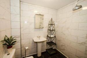 A bathroom at Brecham Lodge B&B