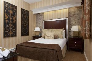 A bed or beds in a room at Hotel Griffon