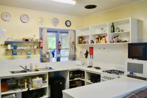 A kitchen or kitchenette at Apollo Bay Backpackers