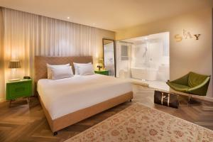 A bed or beds in a room at Shenkin Hotel