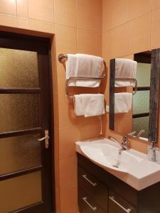 A bathroom at Rockin' Papas