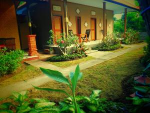 A garden outside The Local Menjangan Homestay