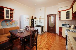 A kitchen or kitchenette at Centreville Apartments