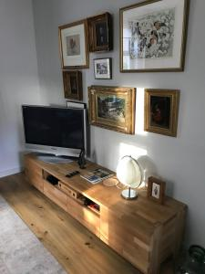 A television and/or entertainment center at Aan de Brink