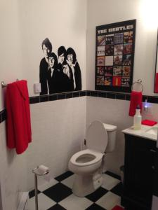 A bathroom at Swan Song Inn