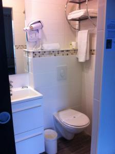 Salle de bains dans l'établissement Fasthôtel Le Râle Des Genêts