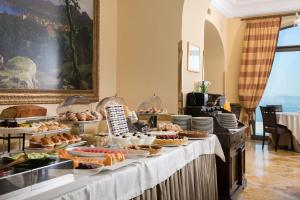 A restaurant or other place to eat at Grand Hotel Due Golfi