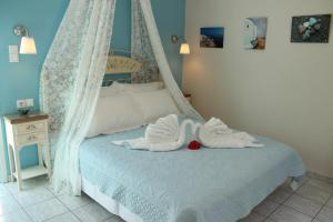 A bed or beds in a room at Evizorzia Villas