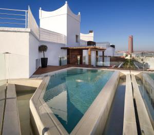المسبح في Hotel Colón Gran Meliá - The Leading Hotels of the World أو بالجوار