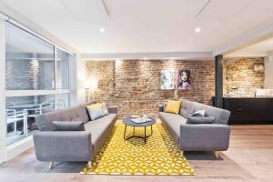 A seating area at Temple Bar Crown Square Apartments
