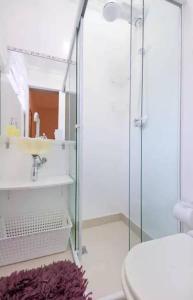 A bathroom at Quarto de Casal Banheiro Privativo Ar Condicionado Frigobar na Avenida Carlos Gomes