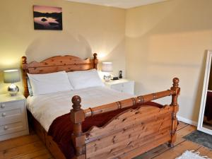 A bed or beds in a room at Coal Miners Cottage