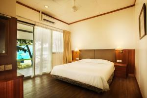 A bed or beds in a room at Tuna Bay Island Resort