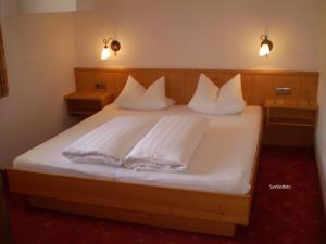 A bed or beds in a room at Apart Hotel Garni Strasser