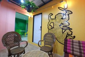 A seating area at Everyday Bangkok Hostel @Khaosan