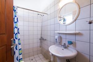 Ένα μπάνιο στο Mediterranean Hotel Studios Apartments