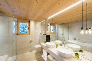 A bathroom at Geniesserhotel Le Grand Chalet