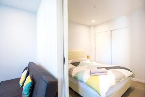 A bed or beds in a room at ON CLOUD9Melbourne CBD Modern 1BR - MY80