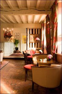 A seating area at Auberge A La Bonne Idée