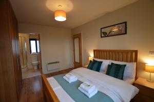 A bed or beds in a room at Milligan Court Townhouses